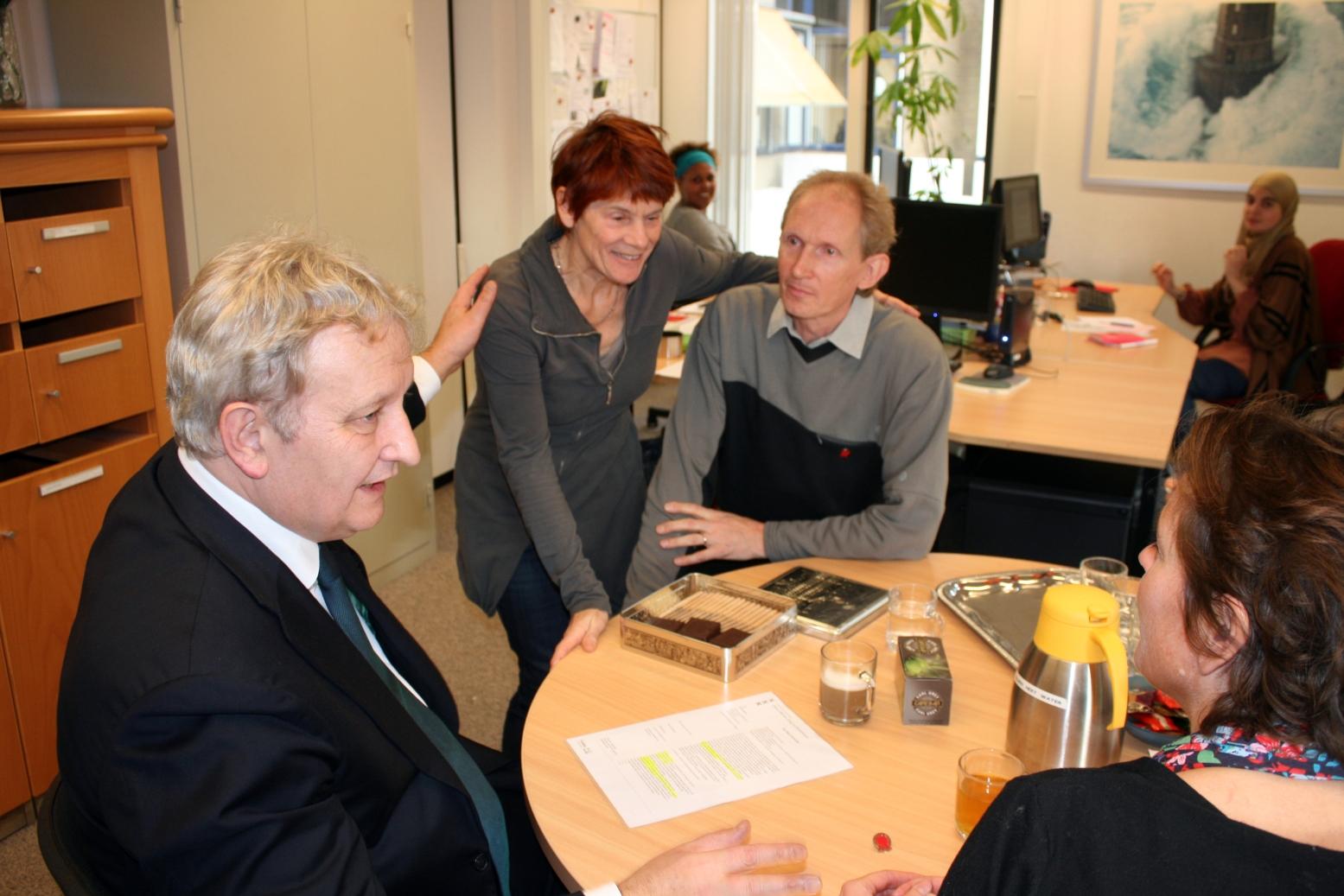 Burgemeester Van der Laan in gesprek met medewerker I & K